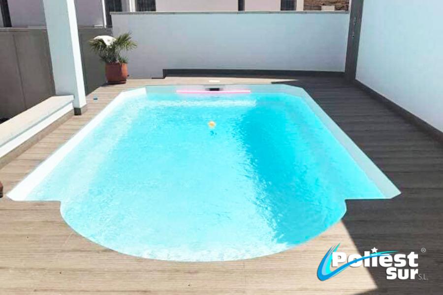 piscina de poliéster en un hogar