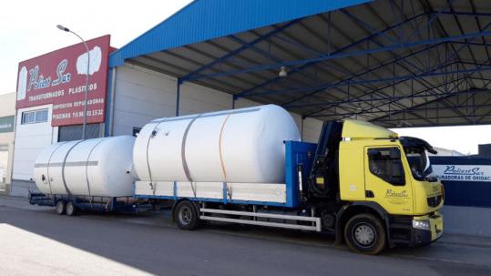 fábrica de PoliestSur con camión y depósito de poliéster