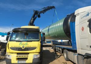 camión Poliest Sur transportando depuradora de oxidación