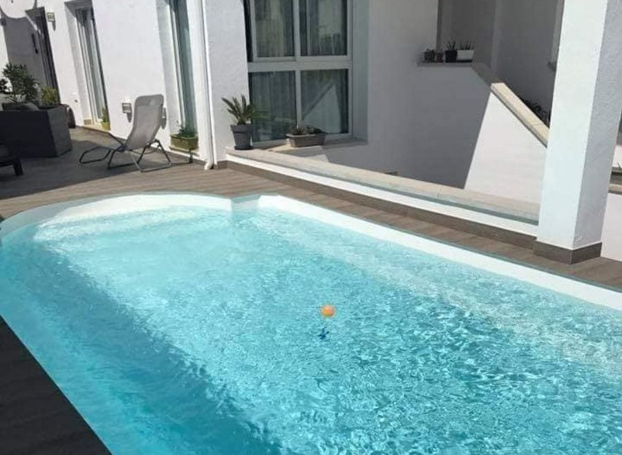 cuánto cuesta instalar una piscina de poliéster